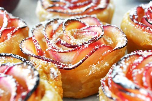 Яблочный десерт в виде роз